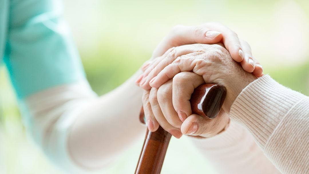 Como convencer um idoso a usar fralda - pedir ajuda
